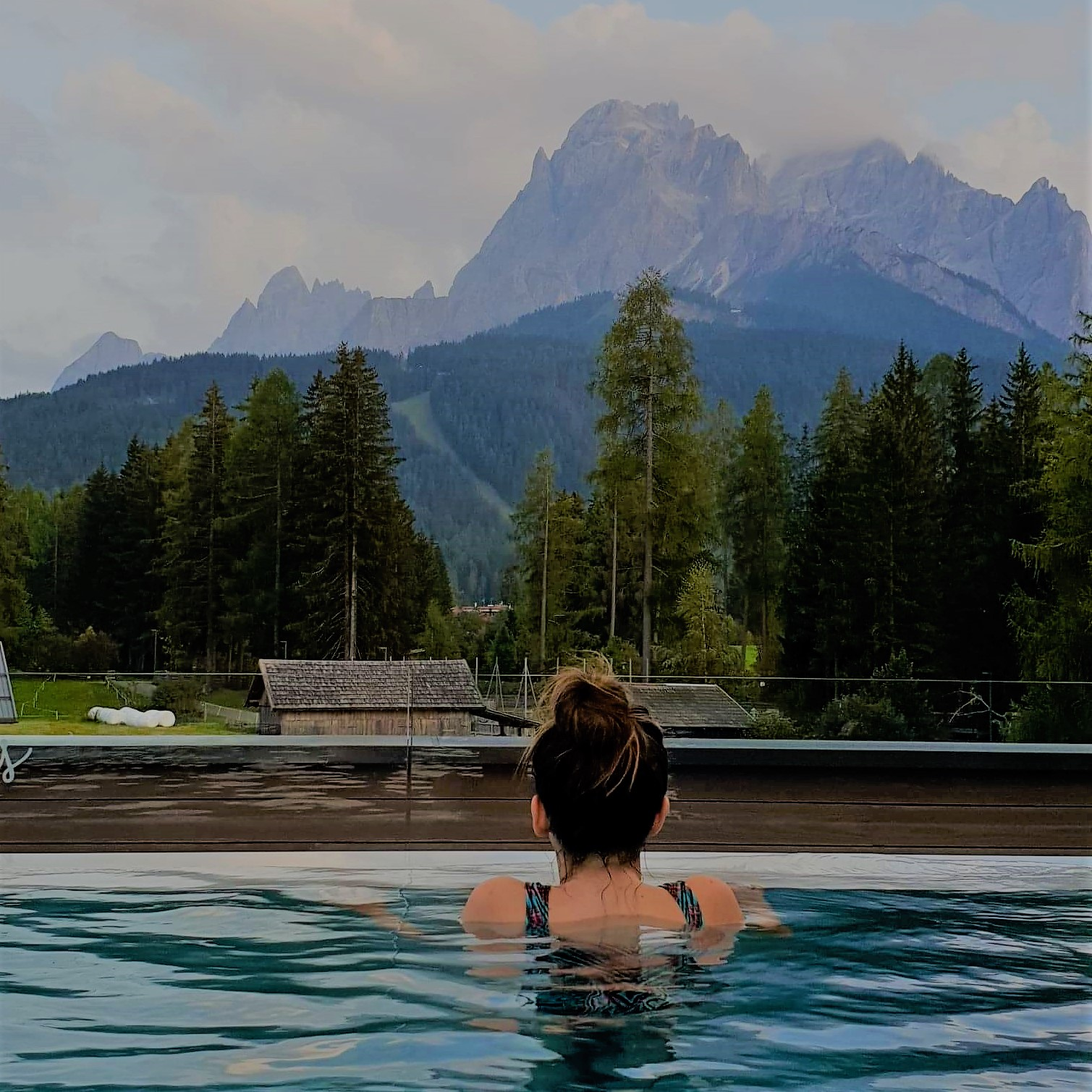 piscine avec vue sur les montagnes