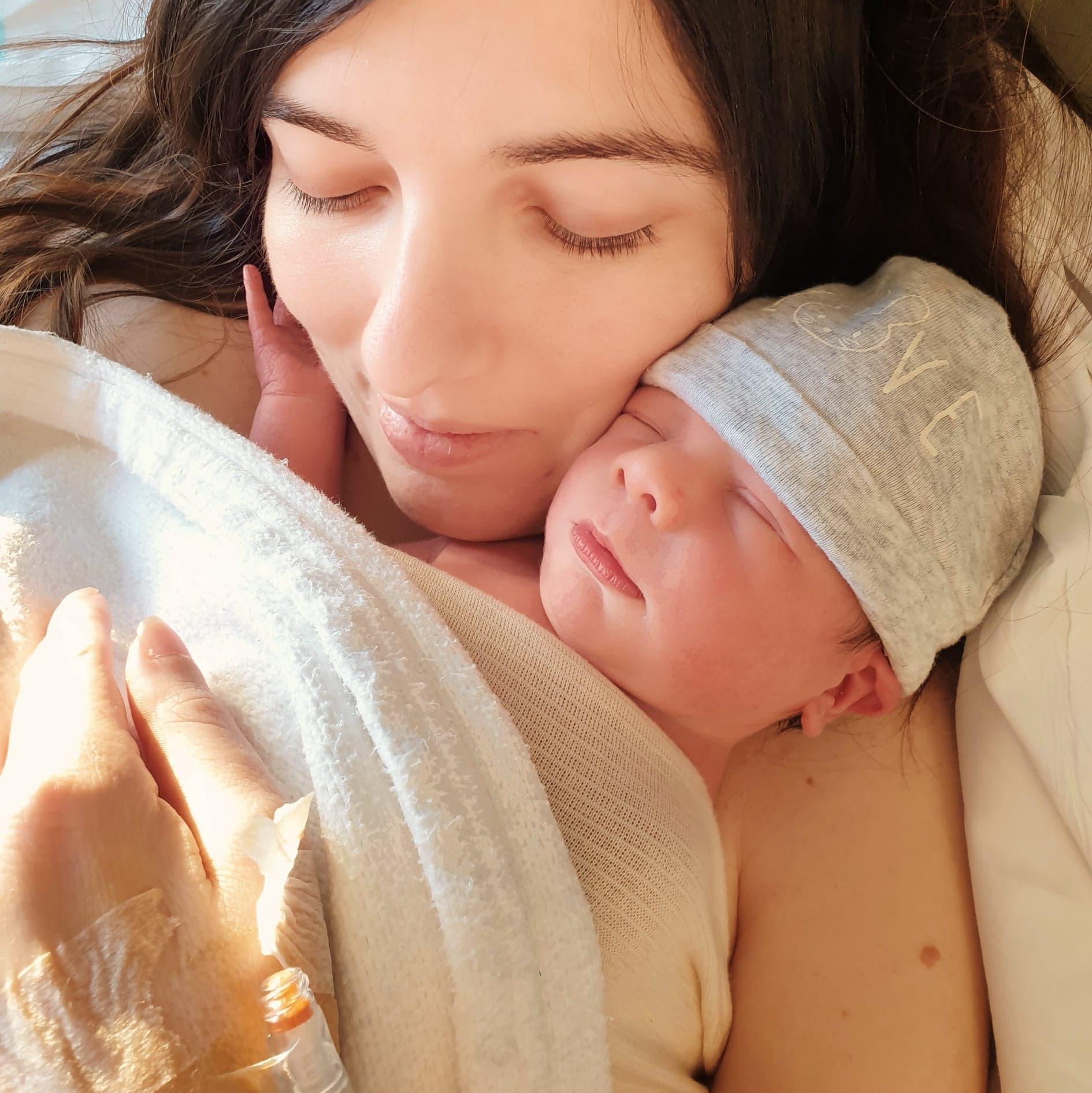 Maman et son bébé après l'accouchement